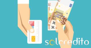 ilustración de una mano con dinero y otra con una tarjeta . logo de solcredito