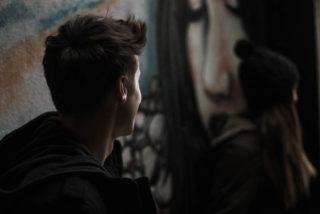 adolescentes de perfil grafitti