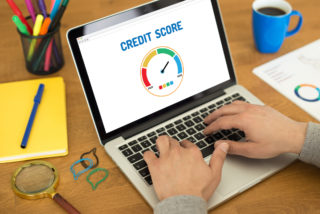 persona comprobando su credit score en el ordenador