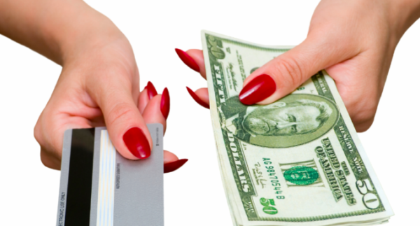 chica con una tarjeta de crédito y dolares en la mano