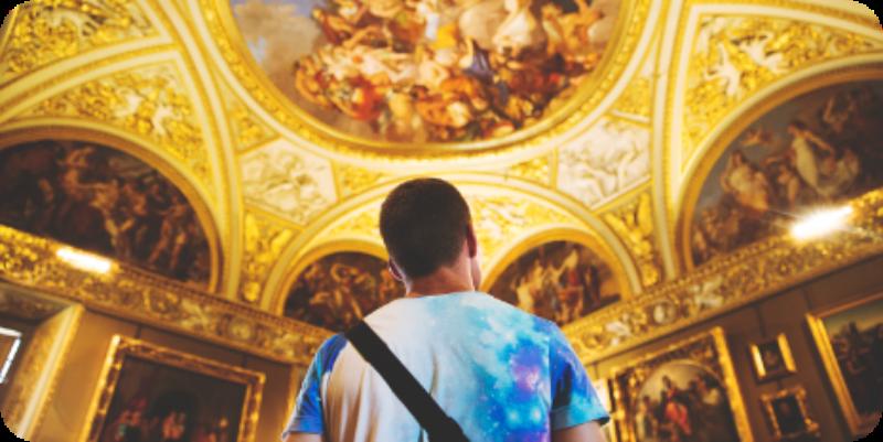 chico observando la cupula de una iglesia