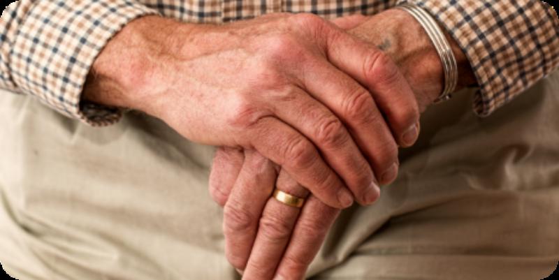 persona mayor con las manos cruzadas