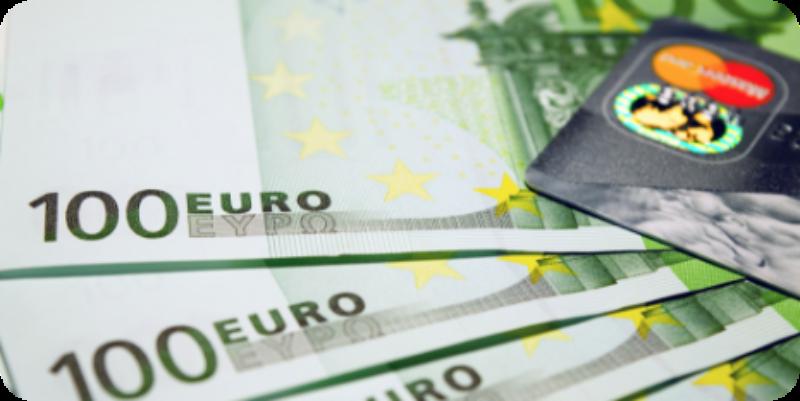 dinero billetes euros y tarjeta de crédito