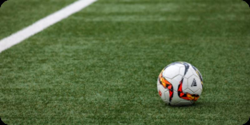 balon de futbol en mitad del terreno de juego
