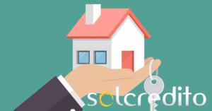 ilustracion de una casa y unas llaves en una mano con logo de solcredito