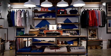 armario con ropa navy