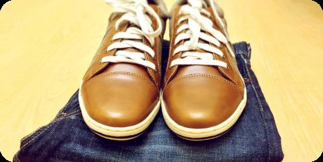 zapatos marrones sobre un pantalon vaquero