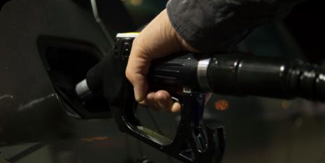 hombre repostando gasolina en su coche