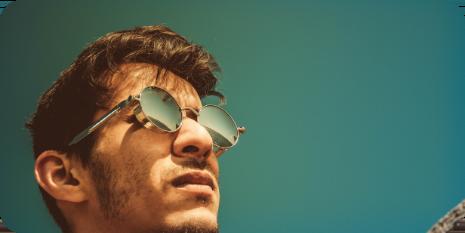 Joven con lentes mirando al horizonte